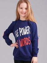 Granatowa bluza dziewczęca z nadrukiem i aplikacją                                  zdj.                                  1