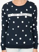 Granatowa bluza w grochy z napisem IN THE SPOTLIGHT