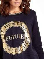 Granatowa bluza w stylu glamour ze złotym nadrukiem i lamówką                                  zdj.                                  5