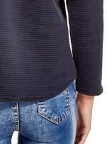 Granatowa bluza w stylu glamour ze złotym nadrukiem i lamówką                                  zdj.                                  7