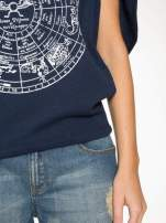 Granatowa bluza z nadrukiem tarczy zodiakalnej i szerokimi rękawami                                  zdj.                                  8