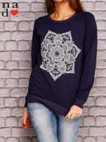 Granatowa bluza z ornamentowym nadrukiem                                  zdj.                                  1