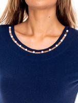 Granatowa bluzka z perełkami przy dekolcie                                  zdj.                                  5