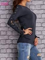 Granatowa bluzka z wiązaniem na rękawach                                  zdj.                                  3