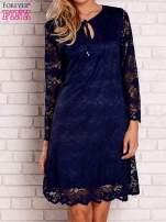 Granatowa koronkowa sukienka z wiązaniem                                                                          zdj.                                                                         1