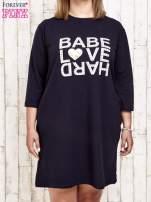Granatowa sukienka dresowa z napisem BABE PLUS SIZE                                                                          zdj.                                                                         1