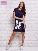 Granatowa sukienka dresowa z napisem BLACKED