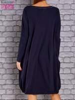 Granatowa sukienka oversize ze ściągaczem na dole                                   zdj.                                  4