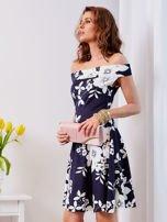 Granatowa sukienka w kontrastowe kwiaty                                  zdj.                                  8