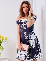 Granatowa sukienka w kontrastowe kwiaty                                  zdj.                                  10