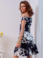 Granatowa sukienka w kontrastowe kwiaty                                  zdj.                                  6