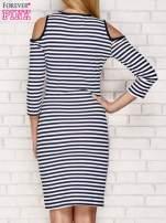Granatowa sukienka w paski z wycięciami na ramionach                                  zdj.                                  2