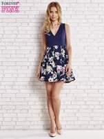 Granatowa sukienka z kwiatowym dołem i z suwakiem z tyłu                                  zdj.                                  2