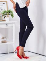Granatowe dopasowane spodnie high waist                                  zdj.                                  5