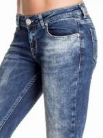 Granatowe gniecione spodnie skinny jeans z efektem marmurkowym