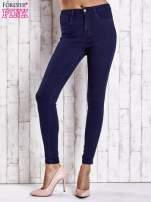 Granatowe jeansowe spodnie skinny jeans z kieszeniami