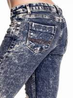 Granatowe marmurkowe spodnie skinny jeans z przetarciami                                  zdj.                                  6