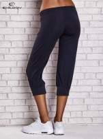 Granatowe spodnie capri z wszytą kieszonką                                  zdj.                                  2