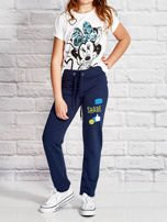 Granatowe spodnie dresowe dla dziewczynki z emotikonami                                  zdj.                                  4