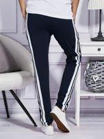 Granatowe spodnie dresowe z kolorowymi lampasami                                  zdj.                                  2