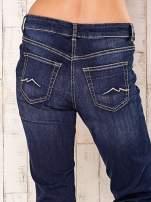 Granatowe spodnie jeansowe regular                                  zdj.                                  5