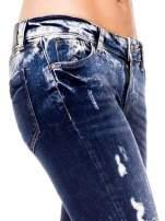 Granatowe spodnie jeansowe rurki z poszarpanymi nogawkami                                  zdj.                                  6