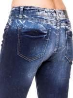 Granatowe spodnie jeansowe rurki z poszarpanymi nogawkami                                  zdj.                                  7