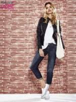 Granatowe spodnie regular jeans z tłoczeniem przy kieszeniach                                  zdj.                                  4
