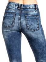 Granatowe spodnie skinny jeans z lekkim dekatyzowaniem                                  zdj.                                  4
