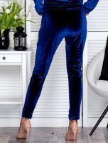 Granatowe welurowe spodnie dresowe o prostym kroju                                   zdj.                                  2