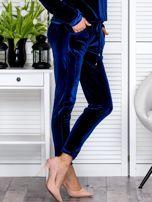Granatowe welurowe spodnie dresowe o prostym kroju                                   zdj.                                  5