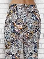 Granatowe zwiewne spodnie alladynki we wzór kwiatowy                                  zdj.                                  7