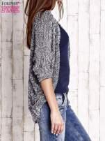 Granatowy melanżowy sweter z otwartym dekoltem
