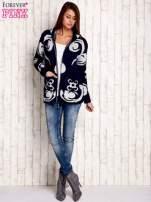 Granatowy sweter long hair z ornamentowym motywem