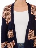 Granatowy sweter typu otwarty kardigan z ozdobnym ściegiem                                                                          zdj.                                                                         5