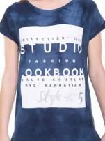 Granatowy t-shirt dekatyzowany z nadrukiem w stylu fashion