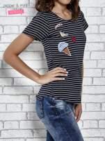 Granatowy t-shirt w paski z naszywkami                                  zdj.                                  3