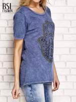 Granatowy t-shirt z egzotycznym nadrukiem dłoni i wycięciem na plecach                                  zdj.                                  3