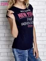 Granatowy t-shirt z napisem FASHION DISTRICT z dżetami                                  zdj.                                  1
