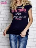 Granatowy t-shirt z napisem FASHION DISTRICT z dżetami                                  zdj.                                  3
