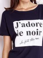 Granatowy t-shirt z napisem J'ADORE LE NOIR                                  zdj.                                  5