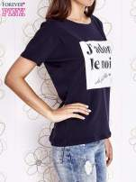 Granatowy t-shirt z napisem J'ADORE LE NOIR