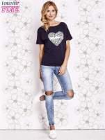 Granatowy t-shirt z napisem JE T'AIME i dekoltem na plecach                                  zdj.                                  2