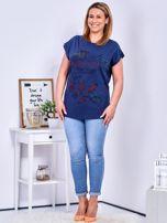 Granatowy t-shirt z napisem i motywem roślinnym PLUS SIZE                                  zdj.                                  4