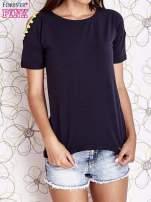 Granatowy t-shirt z naszywką motyla i pomponami                                  zdj.                                  1