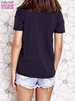 Granatowy t-shirt z naszywką motyla i pomponami                                  zdj.                                  4