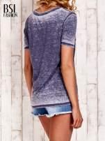 Granatowy t-shirt z numerkiem efekt acid wash                                                                          zdj.                                                                         4