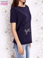 Granatowy t-shirt z ukośną kieszenią i dżetami                                  zdj.                                  3