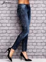 JEANS Ciemnoniebieskie dekatyzowane spodnie jeansowe                                  zdj.                                  2