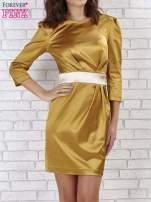Jasnobrązowa sukienka ze srebrnym paskiem                                  zdj.                                  1